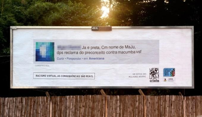 Rasistowski komentarz z internetu na billboardzie w realnym świecie.