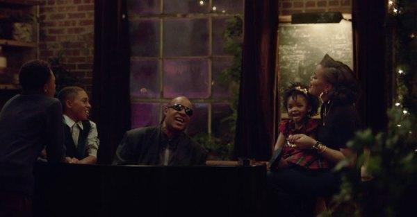"""""""Someday at Christmass"""" – reklama Apple'a ze Stevie Wonderem i Andrą Daye"""