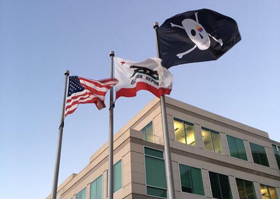 Flaga piracka przed kampusem Apple'a