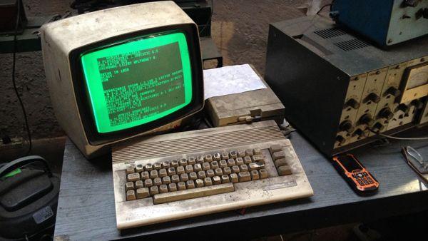 Zdjęcie 25-letniego Commodore 64 z gdańskiego warsztatu