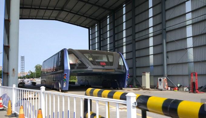 Innowacyjny autobus TEB zachodzi kurzem w hangarze