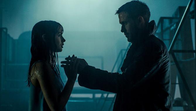 Hologram Joi i K na dachu (Blade Runner 2049)