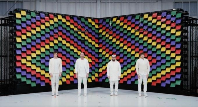 "OK Go - kadr z teledysku do utworu ""Obsession"""