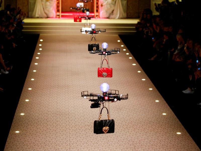 Drony prezentujące torebki Dolce & Gabbana
