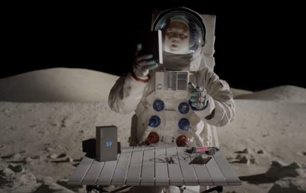 T-Mobile musiało udać się na księżyc, żeby zrobić unboxing Galaxy S9