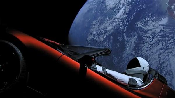 Czerwona Tesla poleciała na Czerwoną Planetę… z muzyką Bowiego