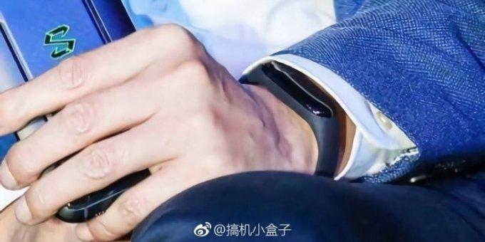 Opaska Xiaomi Mi Band 3 na nadgarstku CEO Lei Jun