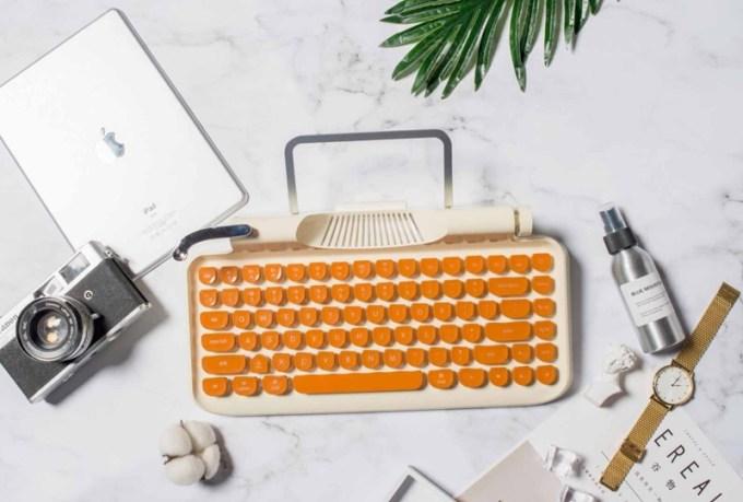 Biała wersja klawiatury Rymek z pomarańczowymi klawiszami