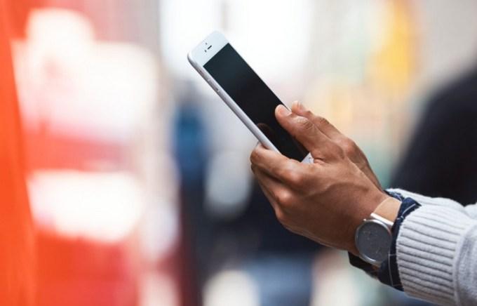 mężczyzna ze smartfonem - dłonie