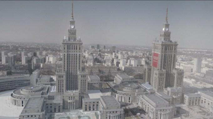 """Kadr z filmu """"Pocztówki z Republiki Absurdu"""" - dwa Pałace Kultury i Nauki w Warszawie"""