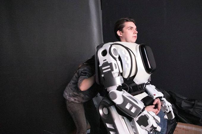 Aktor w kostiumie robota Borysa przed występem na scenie w Jarosławiu (fot. MBK Media)