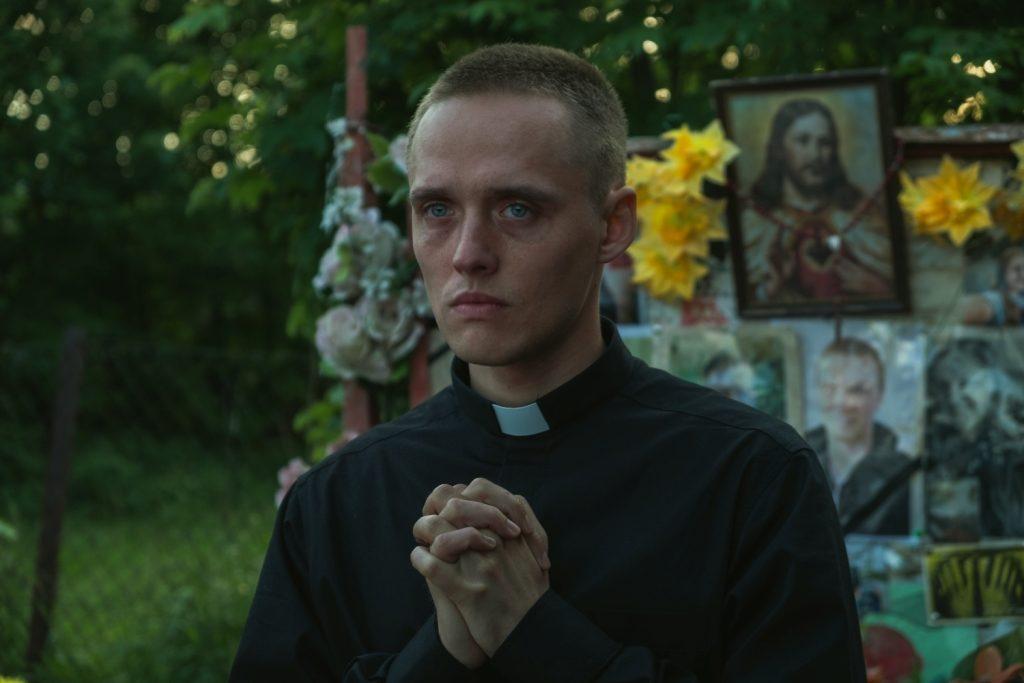 """Na zdjęciu Bartosz Bielenia – kadr z filmu """"Boże Ciało"""" Jana Komasy"""
