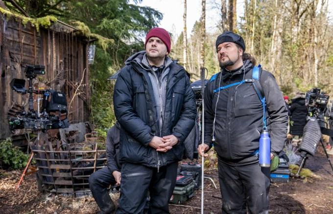 """Producent wykonawczy Dan Shotz i współproducent Joe Strechay na planie """"See"""""""