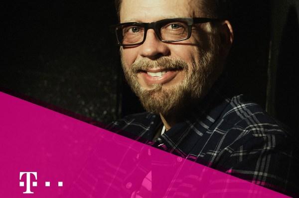 Przez jeden dzień Tomasz Raczek popracuje na infolinii T-Mobile