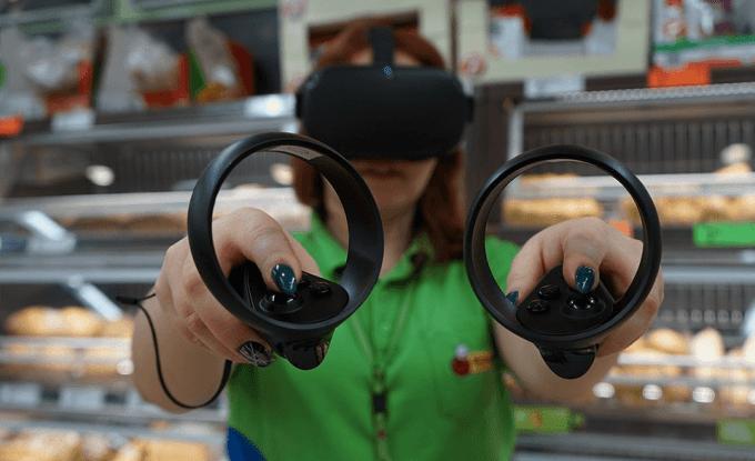 Pracownica Biedronki szkoląca się z wypieku pieczywa w goglach VR