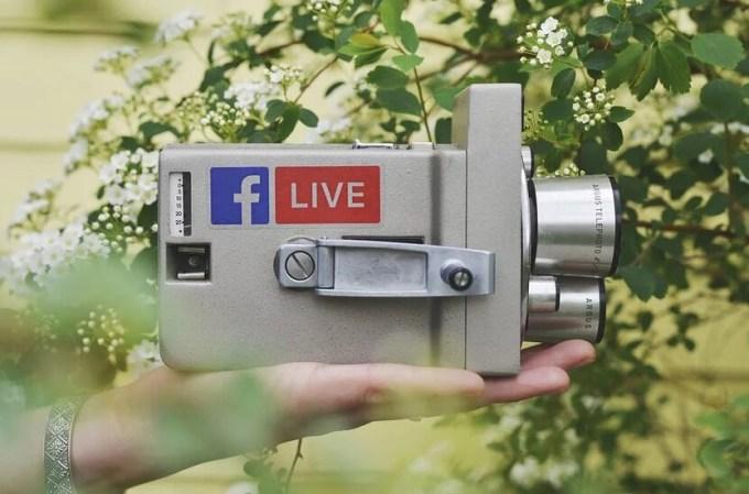 Logo Facebook Live na klasycznej kamerze