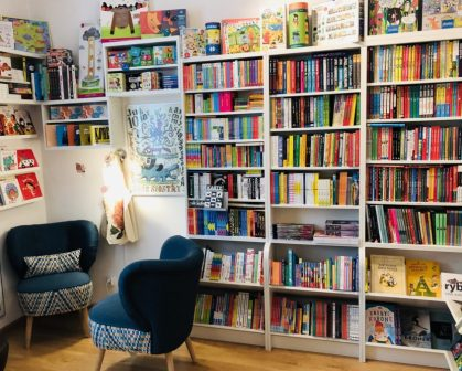 Lokalna księgarnia (fotel i półka z książkami)