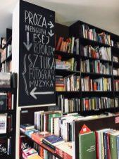 Półki z książkami w lokalnej księgarni