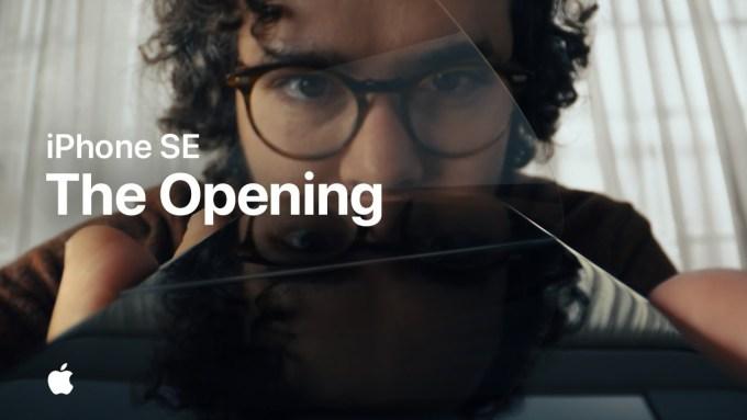 Kadr z reklamy iPhone'a SE (2020) – The Opening