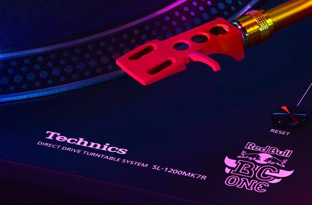 Gramofon Technics SL-1210 (we współpracy z Red Bull)