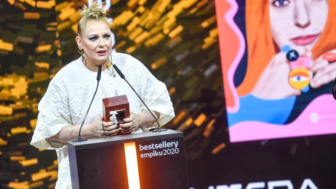 """Katarzyna Nosowska odbierająca nagrodę """"Bestsellery Empiku 2020"""""""
