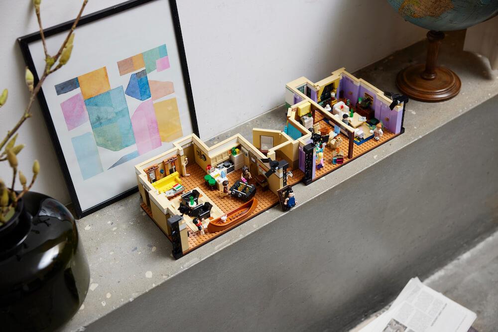 Mieszkania z serialu Przyjaciele - zestaw na komodzie