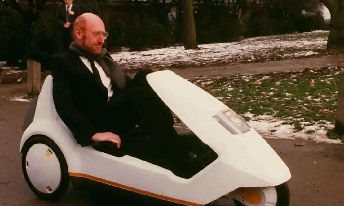 Sir Clive Sinclair demonstruje swój elektryczny pojazd C5 w 1985 roku