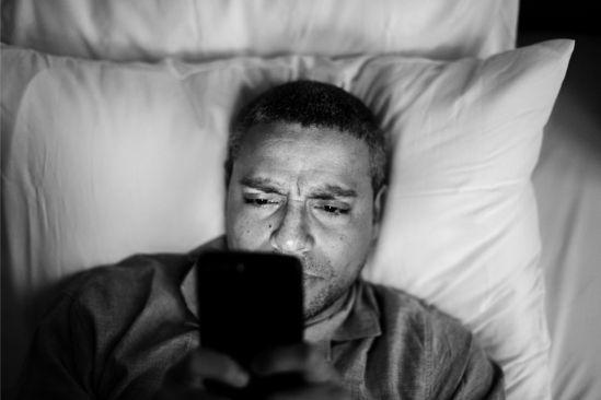 quarentena homem usando o celular