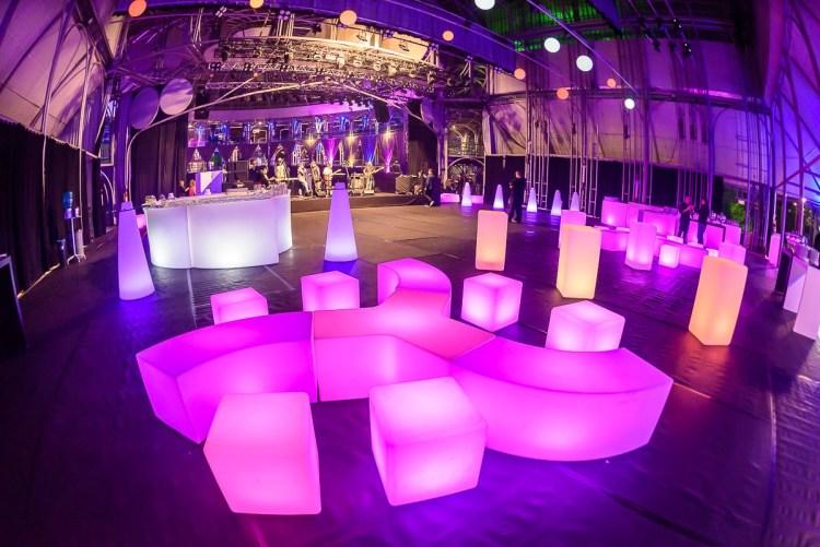 Puff de LED Campinas , mobiliário para locação , móveis para eventos , aluguel de móveis para casamento , formatura diferenciada