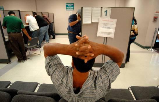 Trabajadores dominicanos conmemoran su día con una carta de suspensión laboral en sus manos