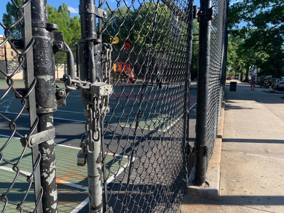 Parques infantiles de NYC se convierten campo de batalla entre padres y el Alcalde por su reapertura