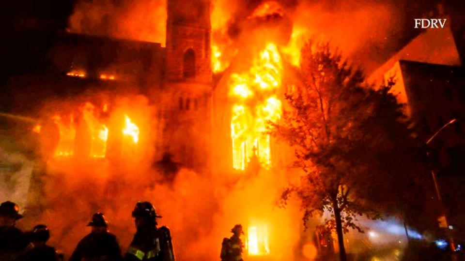 Incendio masivo destruyó iglesia histórica en el Bajo Manhattan; su campana anunció la independencia en 1776