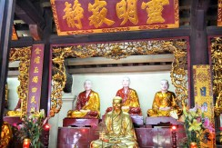 altar-one-pilar-pagoda-hanoi-vietna-1