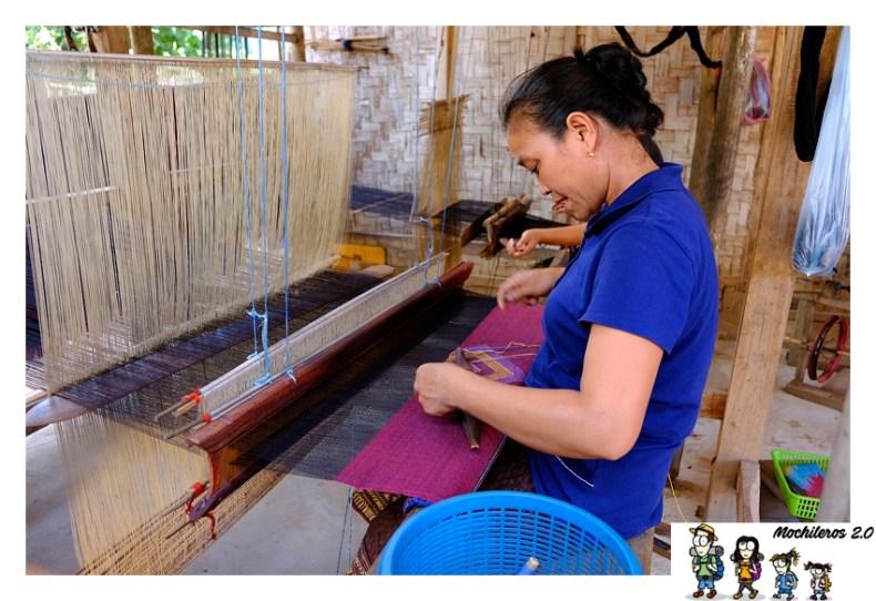 mujer tejiendo laos