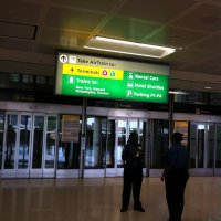 Aeropuerto-Newark-Estados-Unidos-letrero-AirTrain-ascensores