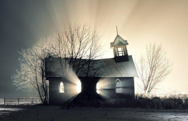 Casa fantasmagórica en un páramo nevado. Lugar indeterminado.
