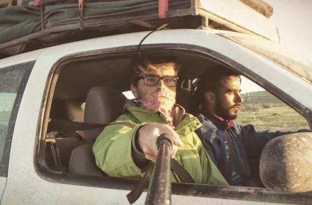El realizador Javier Sobremazas de copiloto durante el Mongol Rally rodando su documental sobre esta aventura