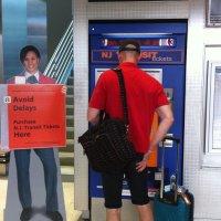 Aeropuerto-Newark-viajero-compra-billete-tren