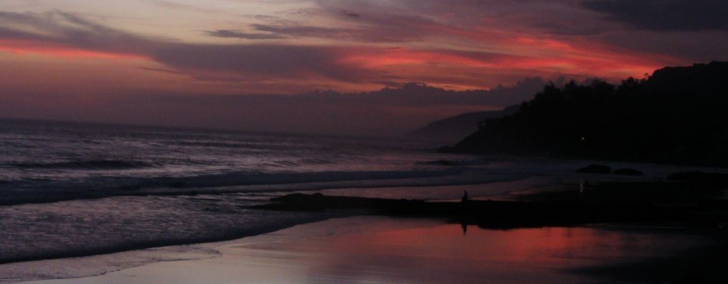 Mochileras-atardecer-playa-Zonte-LaLibertad-Salvador