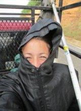 Autostop-mochilera-viajando-cajuela-pickup-web