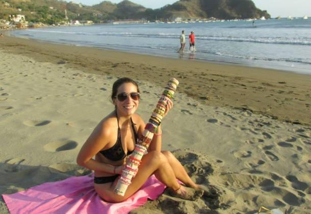 Noelia-vendiendo-pulseras-playa-mochilera