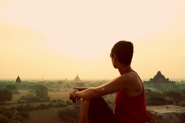 Chica disfrutando del atardecer en la ex Birmania