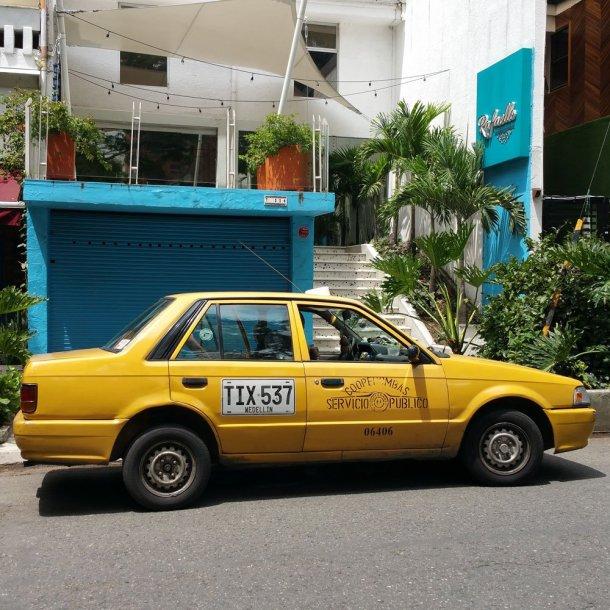 Taxi amarillo aeropuerto Medellín