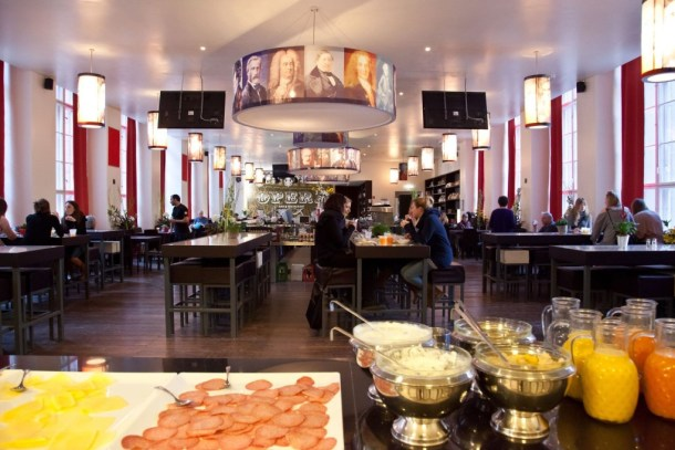 Plus-Berlin-Hostel-bar-desayuno