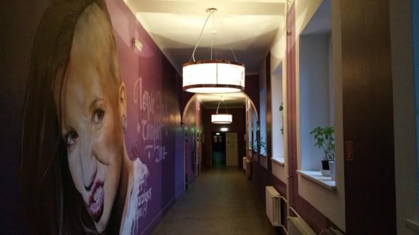 Plus-Berlin-Hostel-pasillo-decoracion