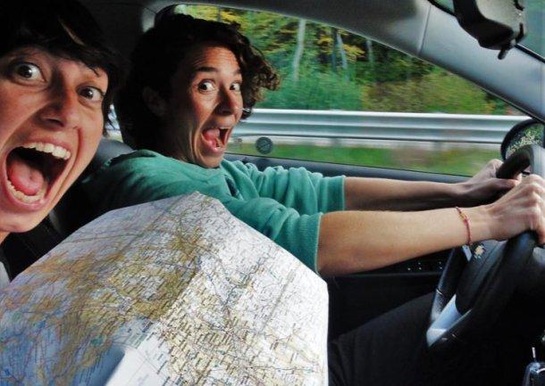 The Patitas en el Mundo conduciendo en coche