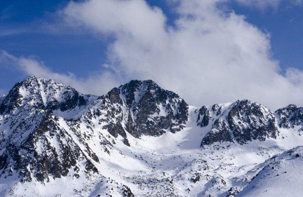 Montañas nevadas de los Pirineos en Andorra