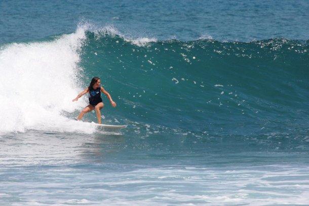 Cristina de La Nostra Volta surfeando