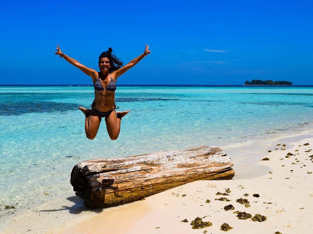 Julia del Olmo, en la playa, de mochilera por el mundo con Camino Salvaje