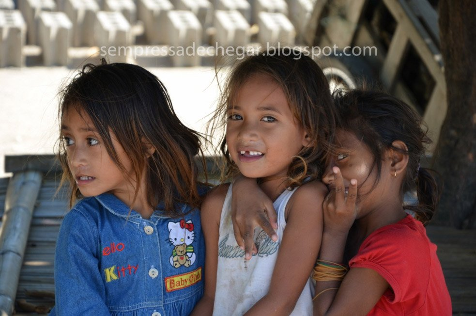 Niñas de Timor Este fotografiadas por Luis Portela en su vuelta al mundo sin aviones